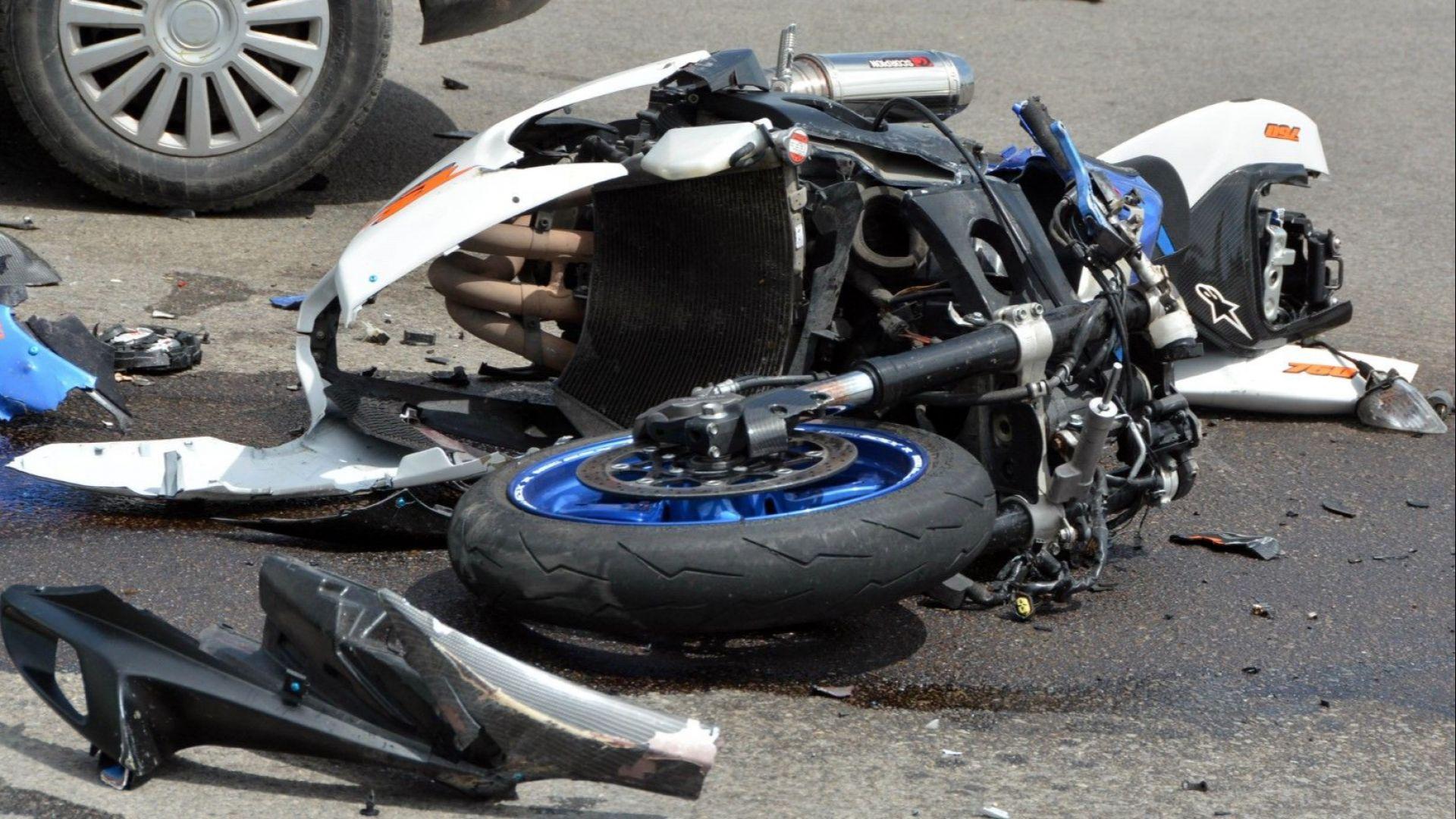 Моторист загина след удар в камион