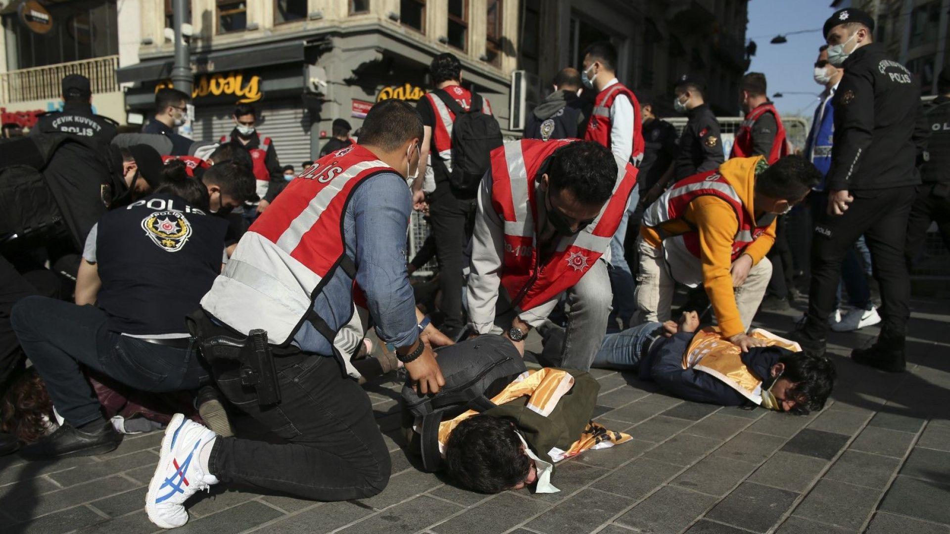 Сблъсъци, арести и ранени на площад Таксим в Истанбул