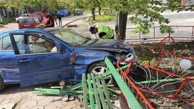 18-годишна помете с автомобил група деца, моторист загина при сблъсък с автомобил