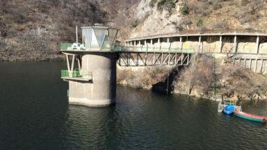 Приливна вълна на река Въча отнесе рибар, издирват го