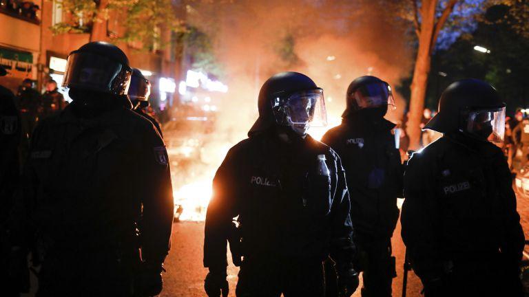 Германският полицейски профсъюз заяви днес, че над 50 полицаи са
