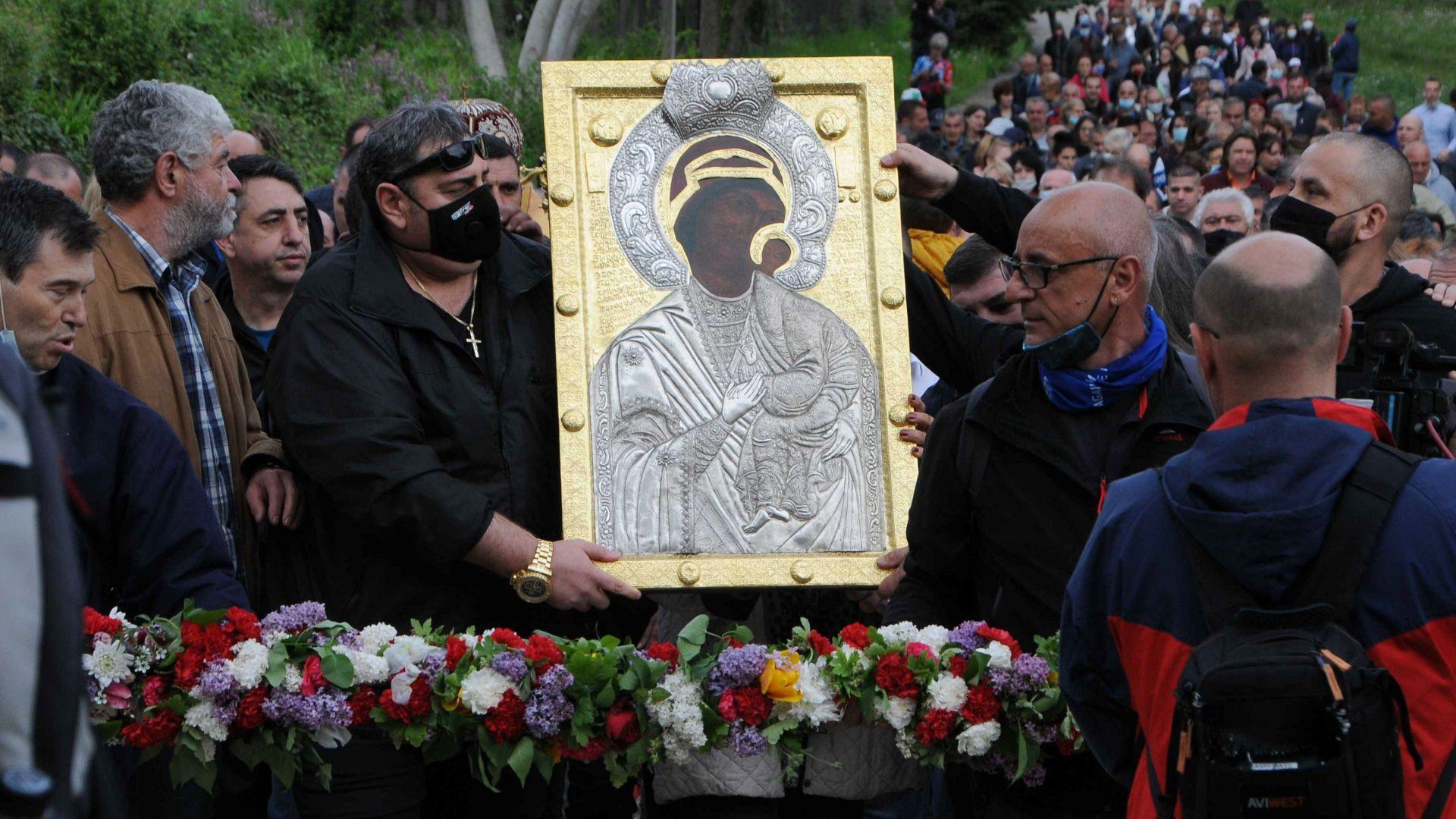 Вярващи понесоха иконата на Богородица от Бачковския манастир  с надежда за чудо (снимки)