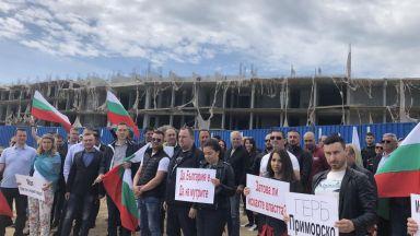 """Кметове на ГЕРБ начело на протест пред """"подпорния хотел"""" на Алепу (видео)"""