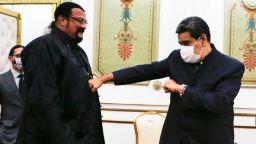 """Президентът на Венецуела Николас Мадуро """"премери сили"""" със Стивън Сегал"""