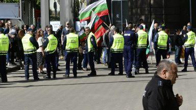 Хоро, палатки и два протеста пред президентството (снимки)