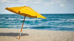 Безплатни чадъри на плажа в Свети Влас до края на май