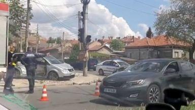 Шофьор не спря на червено и блъсна кола със семейство, 3-годишно се бори за живот
