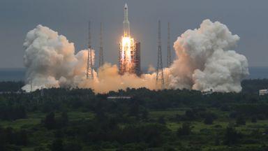 САЩ засега няма да унищожават неконтролируемата китайска ракета, но критикуват Пекин
