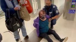 Арестуваха жена в метрото за непристойно поведение (видео)