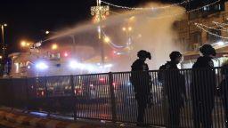 """""""Война"""" в Стария град на Ерусалим: камъни, бутилки, водни оръдия, гумени куршуми"""