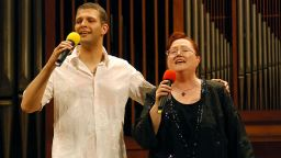 """Синът на Ваня Костова се прощава с нея с песен и """"Обичам те, мамо!"""""""