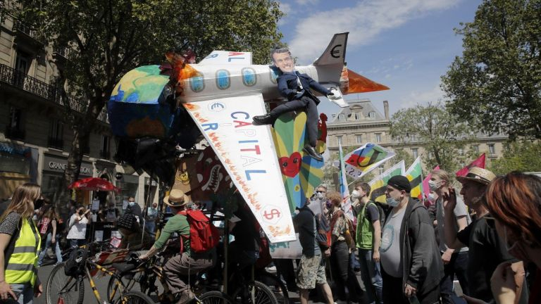 Десетки хиляди души в цяла Франция поискаха по-смела борба срещу климатичните промени