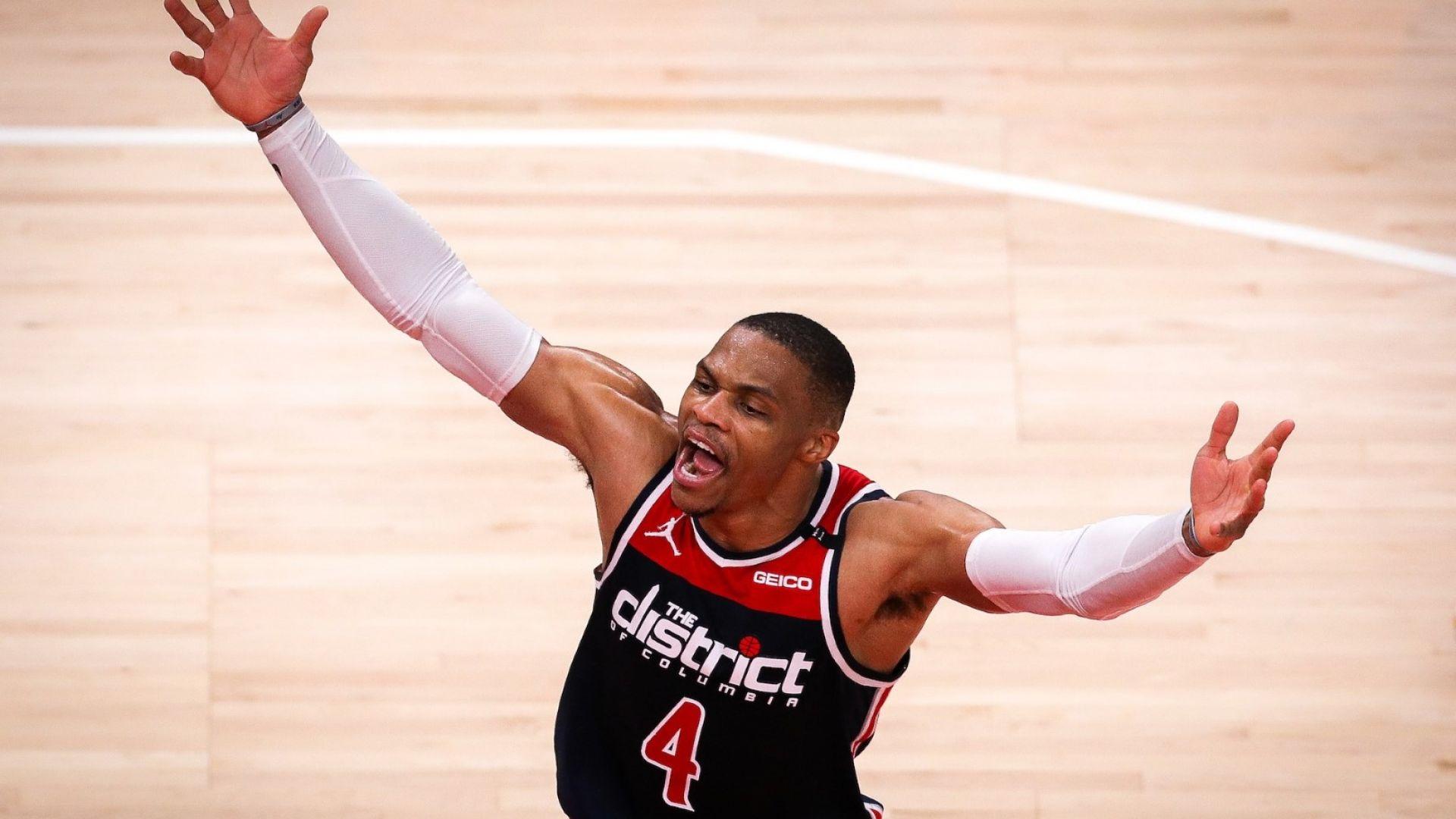 Цирк в НБА: Фен засипа контузен играч с пуканки