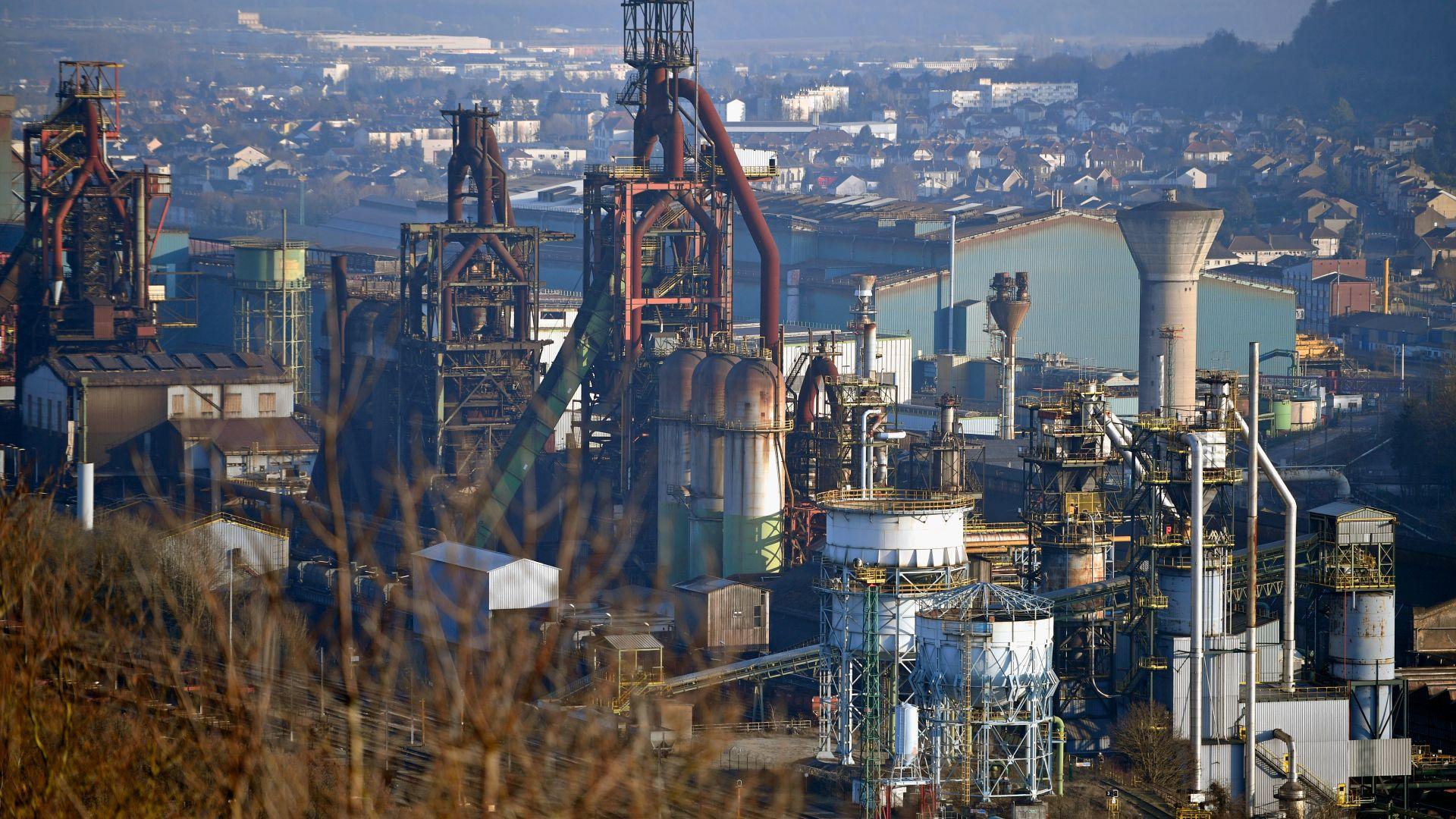 """Стоманодобивният гигант """"АрселорМитал"""" отива на съд във Франция заради вредни емисии"""