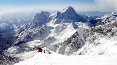 Китай планира да сложи преграда на Еверест заради коронавируса