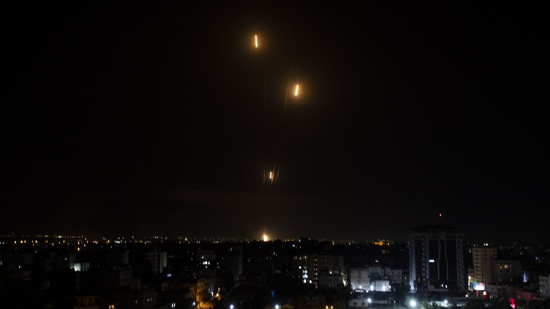 """Бомби на Израел срутиха 13-етажна сграда в Газа, """"Хамас"""" отвърна със 130 ракети и уби човек"""