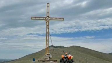 Задигнаха 7-метров кръст часове след поставянето му