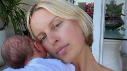 След две момчета: супермоделът Каролина Куркова стана майка на момиче (снимки)