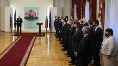 Асен Василев предава властта, а президентът назначава нов кабинет