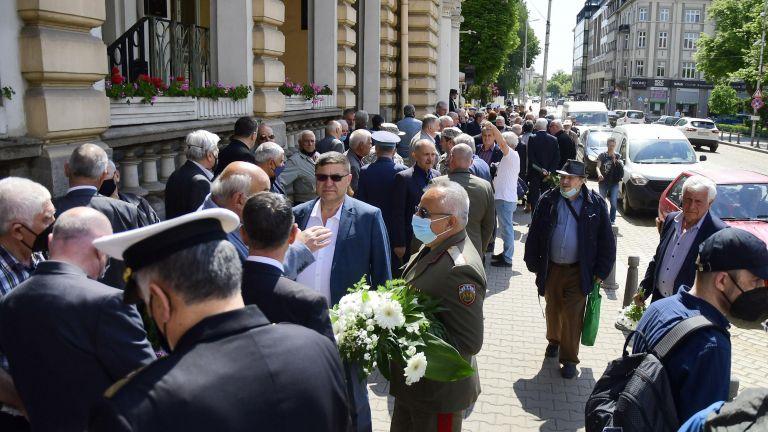Президентът и служебният премиер отидоха заедно на поклонението на генерал Колев (снимки)