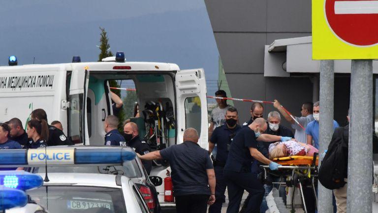 С 4 огнестрелни рани е жената, която беше простреляна днес