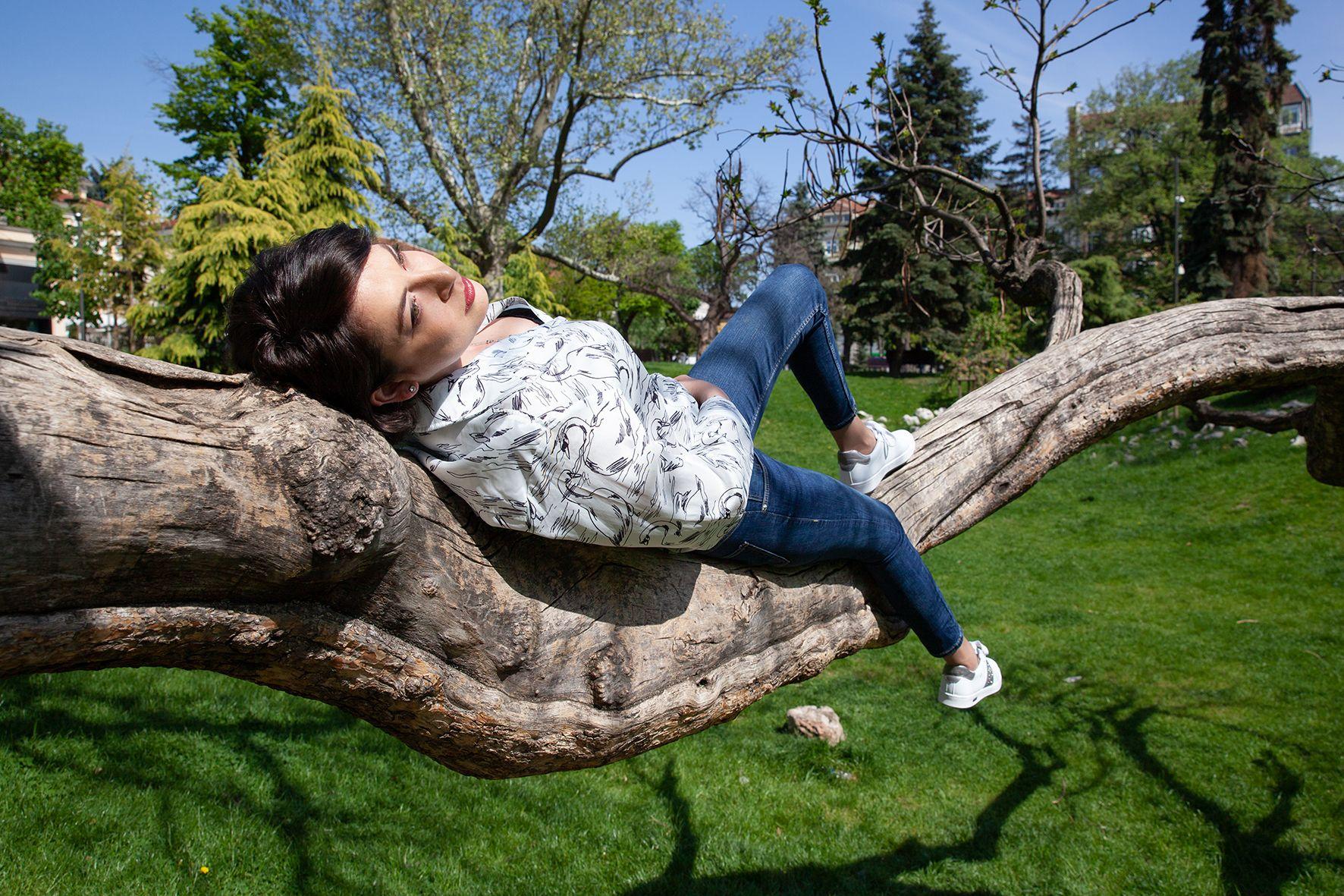 За разходка в парка и среща с приятелки Милена комбинира ежедневното си облекло с  дамските бели сникърси ESPRIT