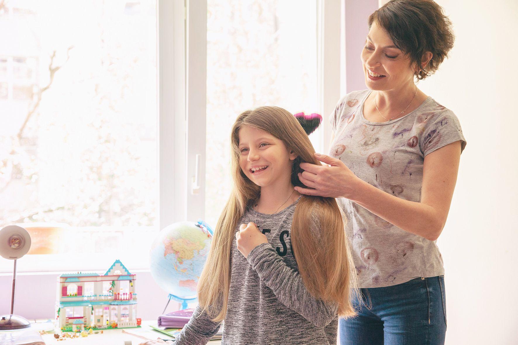 Прическата за училище е ритуал за Милена и дъщеря ѝ