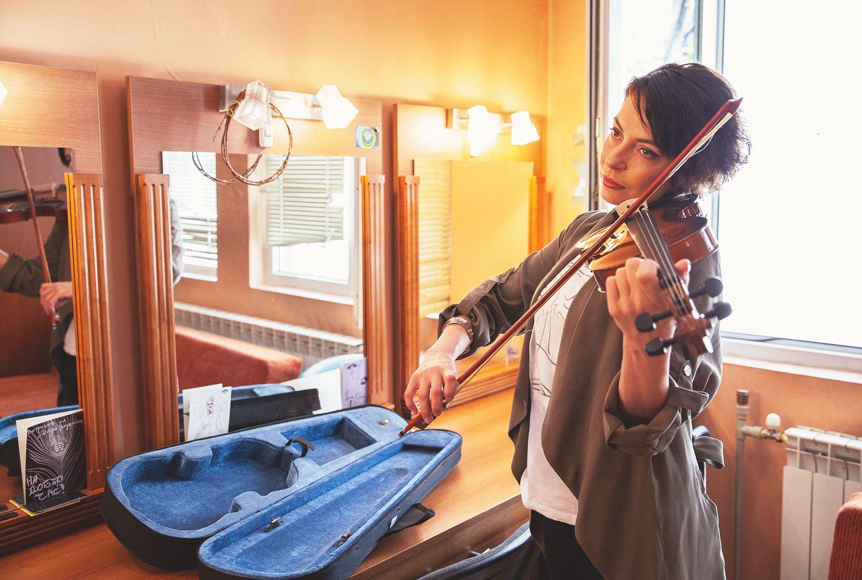Милена Аврамова свири на цигулка от 3-годишна