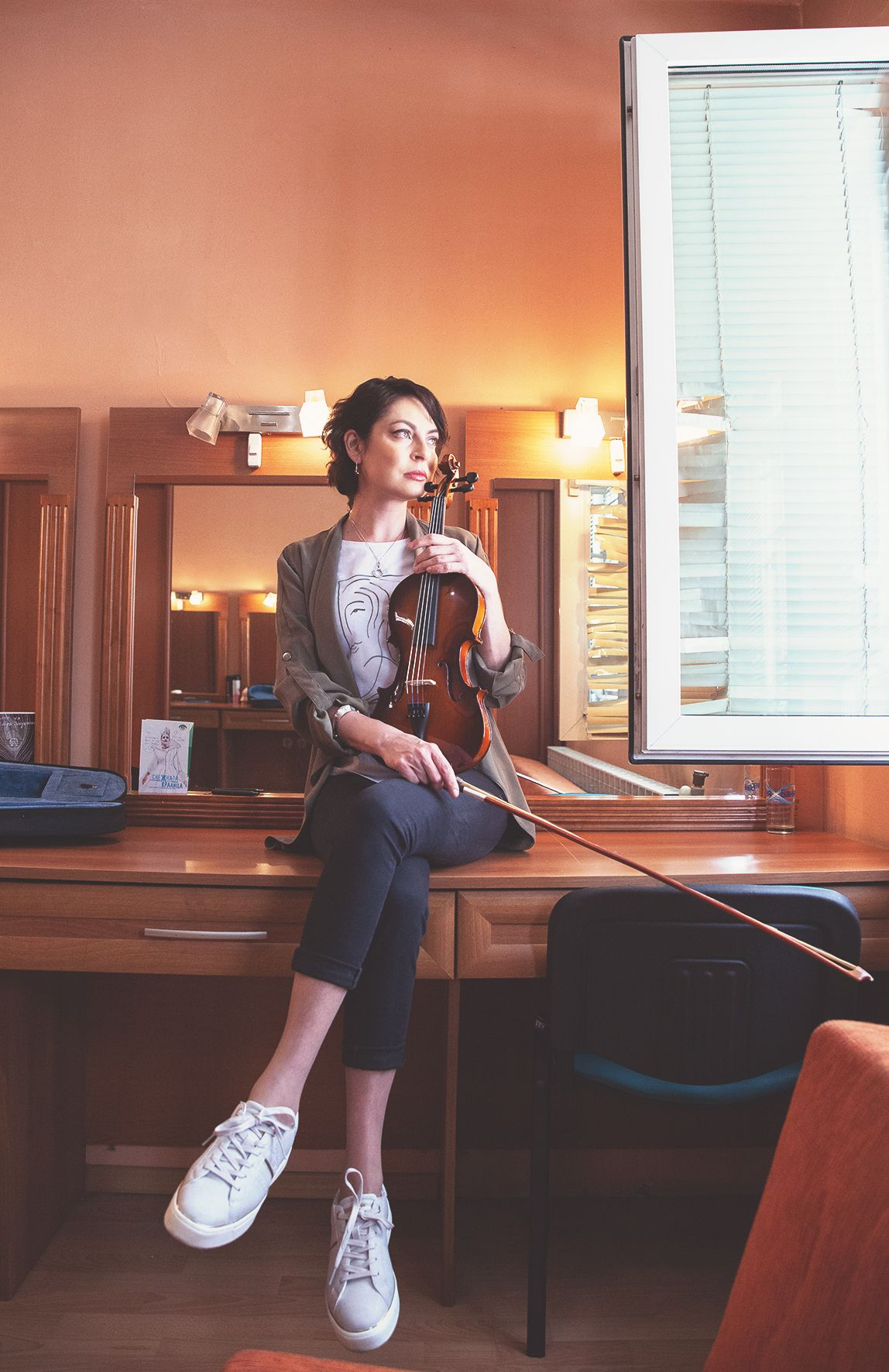 Първата цигулка на Милена Аврамова е била без лък, но това не ѝ попречило да свири виртуозно.  За удобството през дългия ден тя предпочита дамските бели сникърси ESPRIT