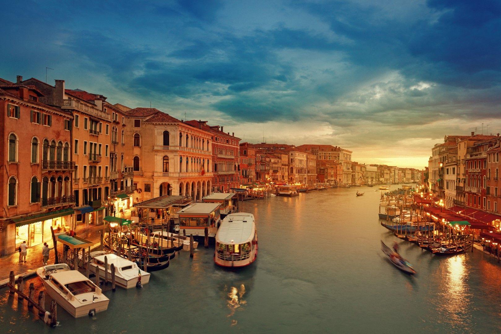 """Каналите на Венеция побират и гондоли, и корабчета """"вапорето"""" от градския транспорт"""