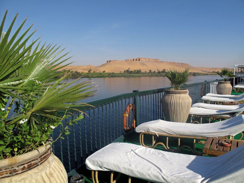 Изглед от круизен кораб по река Нил, Египет