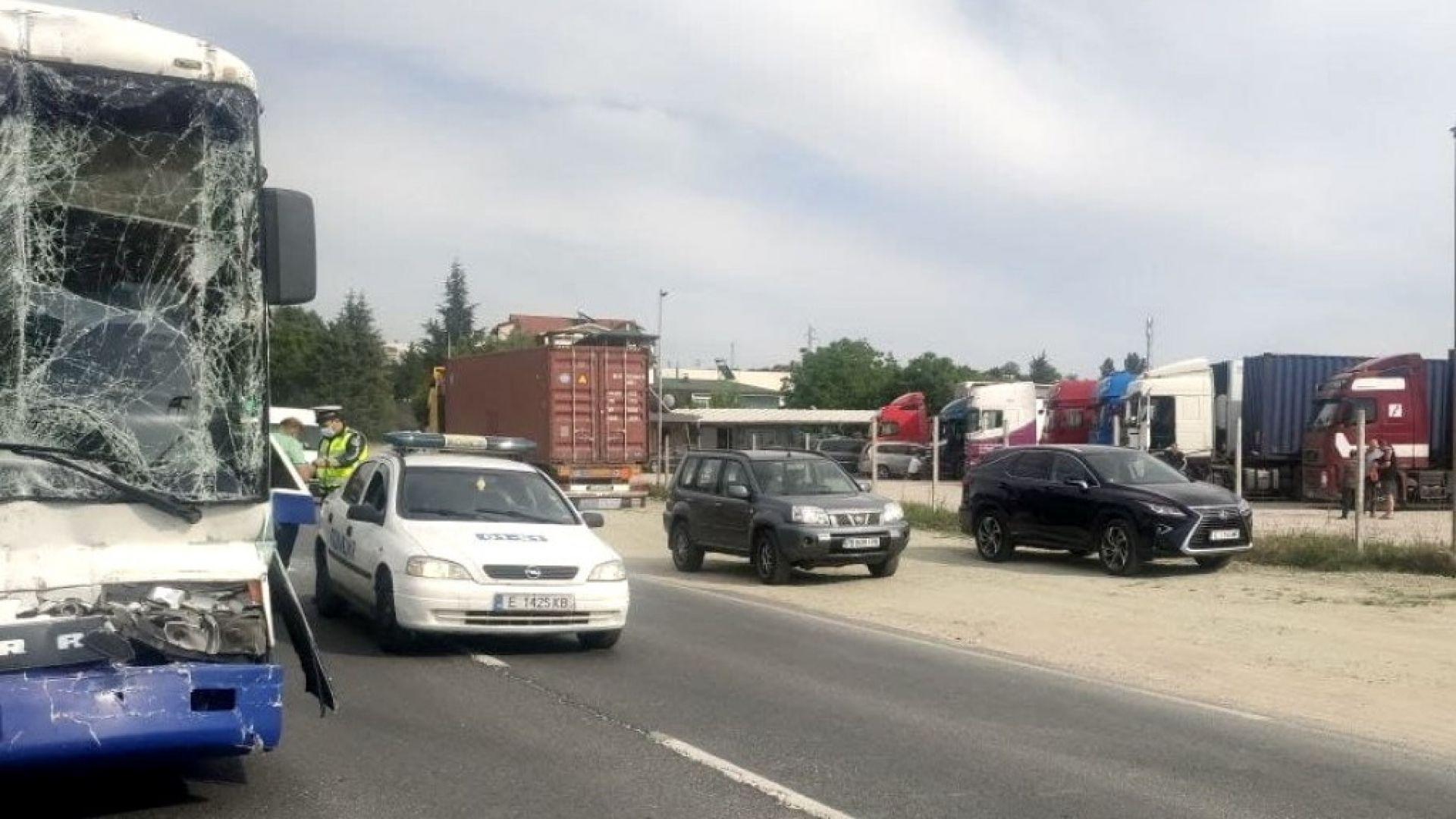 Автобус и ТИР се удариха в района на Сандански