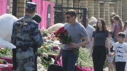 Скръб и спорове за оръжията и интернет в Русия след масовото убийство в Казан