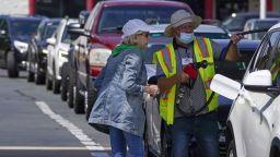 Американци от десет щата се втурнаха с туби към бензиностанциите