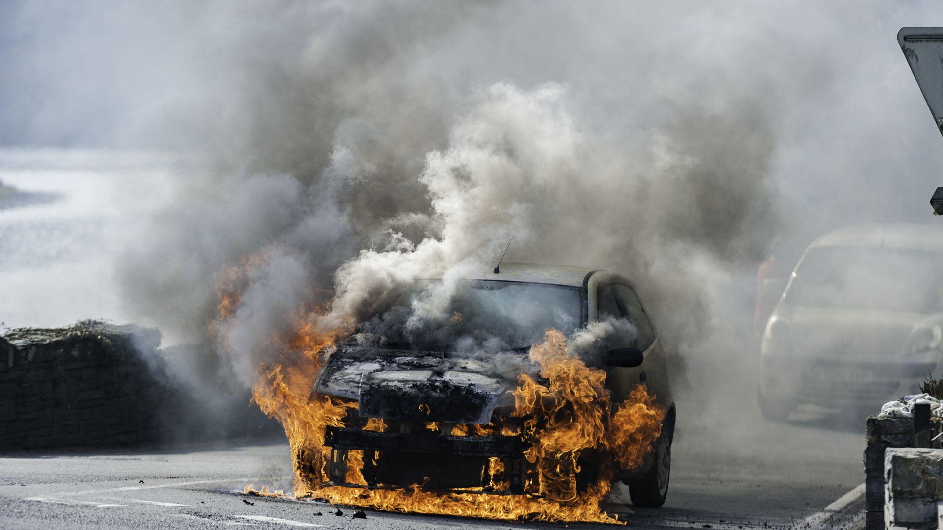 Мъж загина, а дъщеричката му е в тежко състояние, след като кола се запали в движение