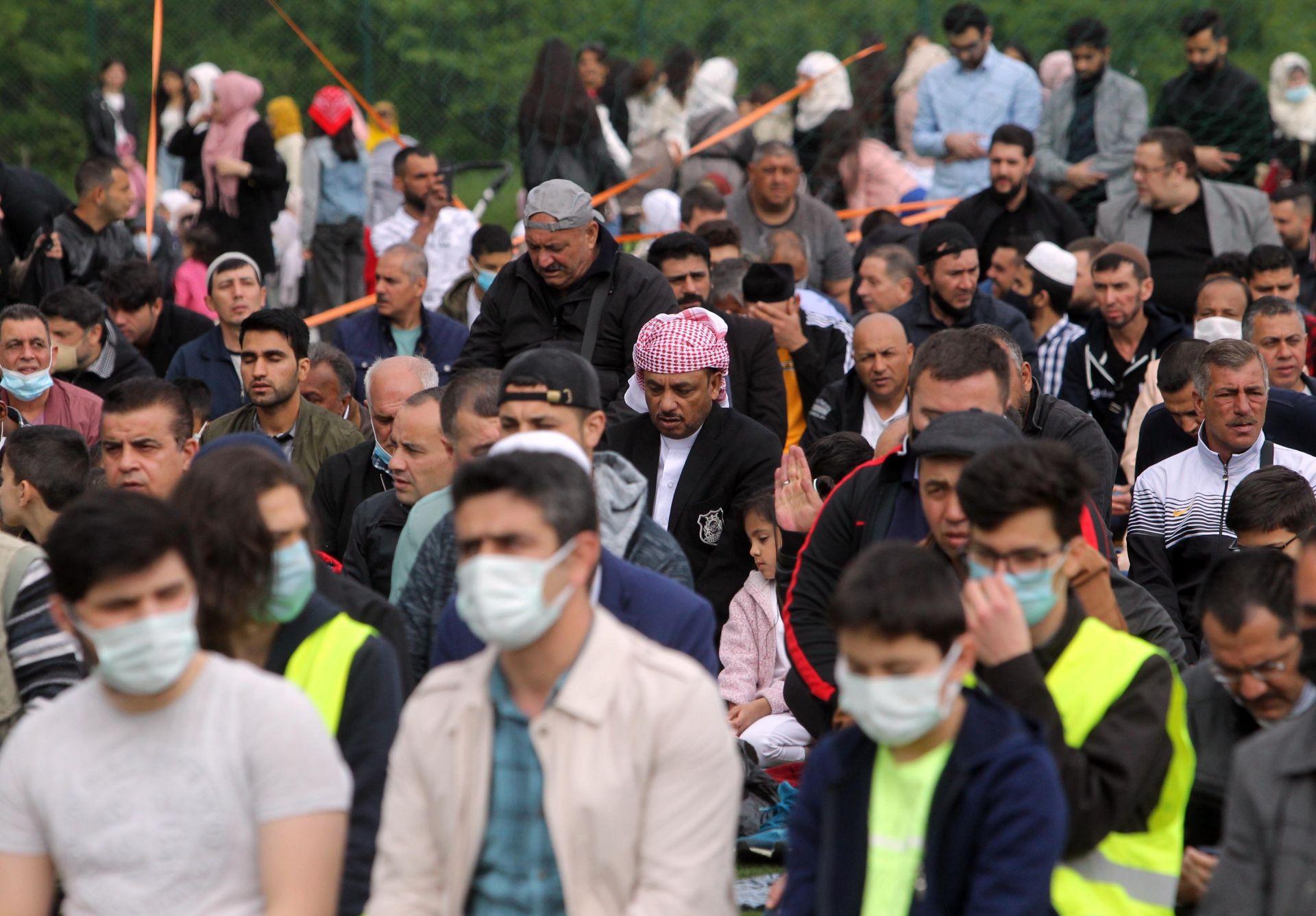 """Хасковските мюсюлмани посрещнаха с молитви Рамазан Байрама на стадиона в крайградския парк """"Ямача"""""""
