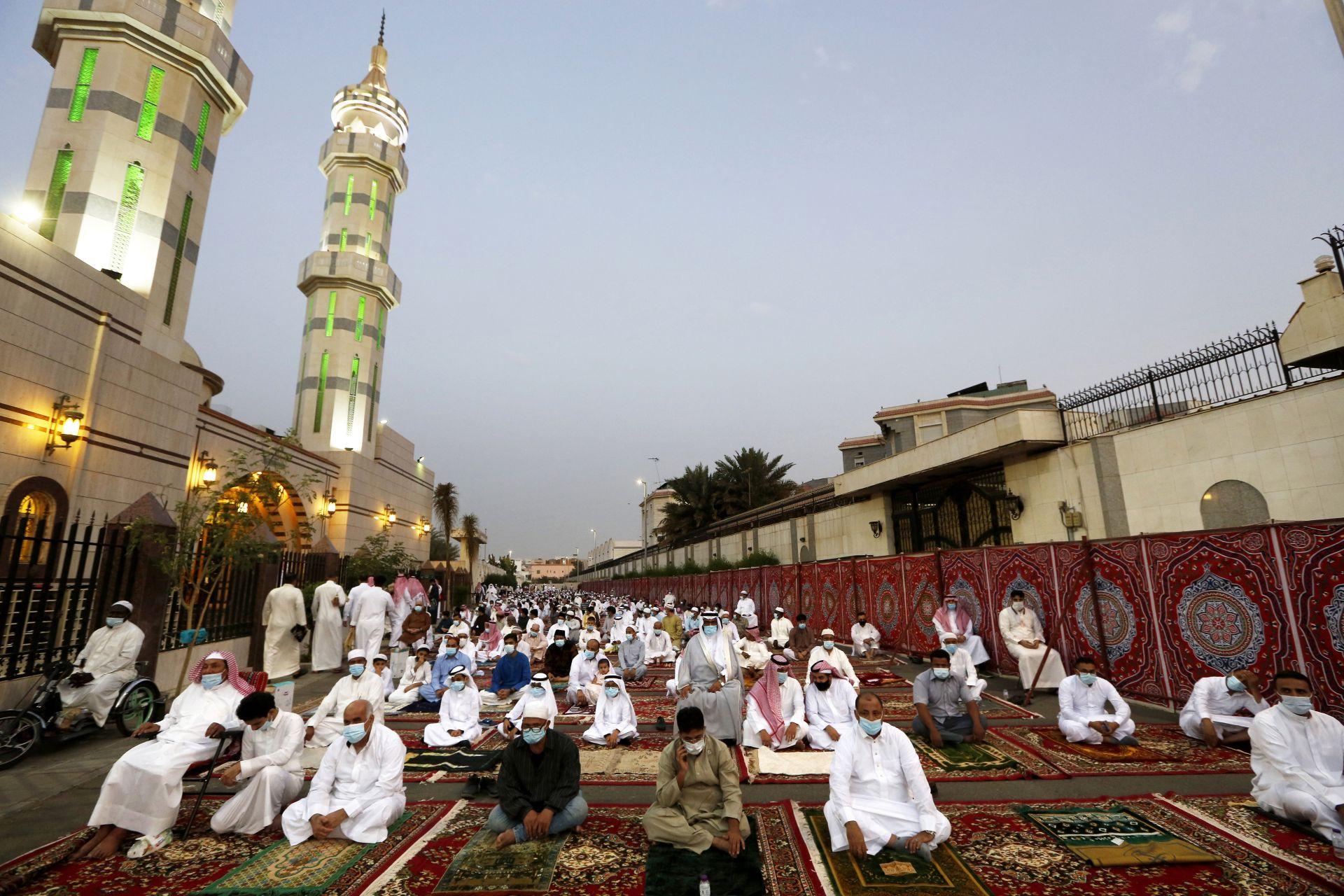 Мюсюлманите отбелязват края на свещения постния месец Рамадан в джамията Ал-Мираби в Джида, Саудитска Арабия
