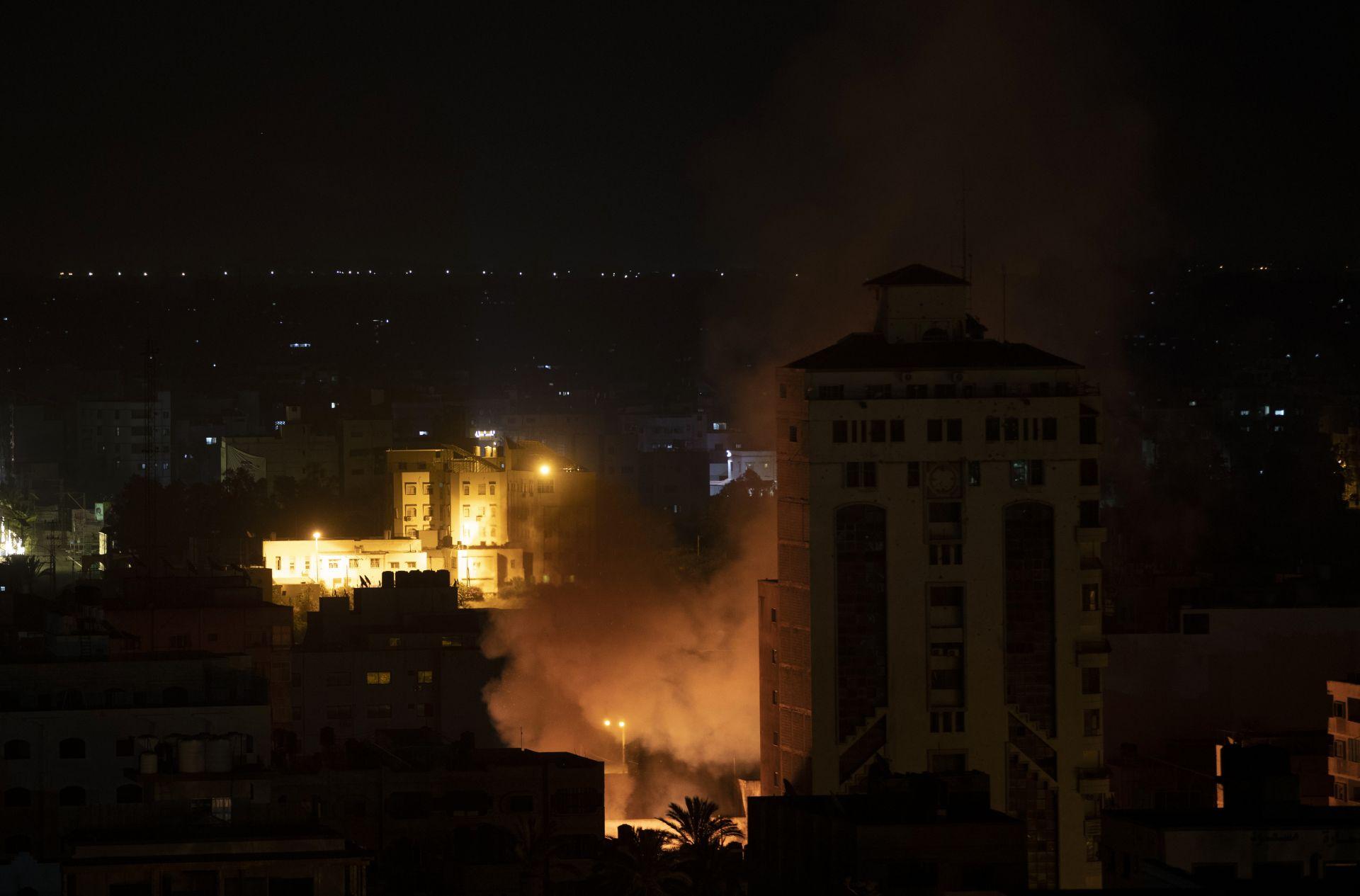 Димът се издига след израелски ракетни удари по град Газа, петък, 14 май