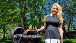 Ева Веселинова на първи разходки с близнаците (снимка)