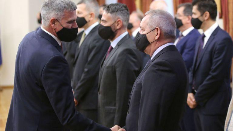 Служебният кабинет, назначен от президента Румен Радев, безапелационно започна веднага