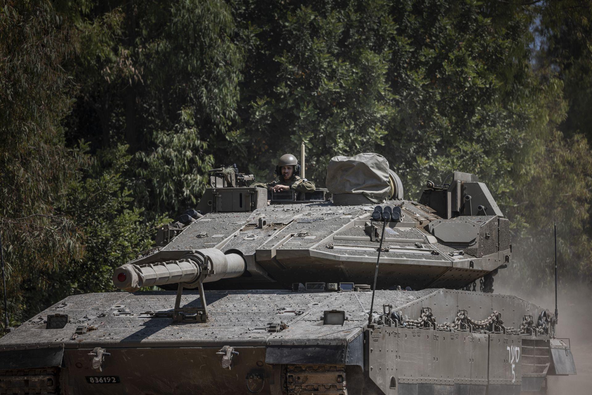 Масираният танков обстрел накара стотици жители на палестинския анклав да напуснат домовете си