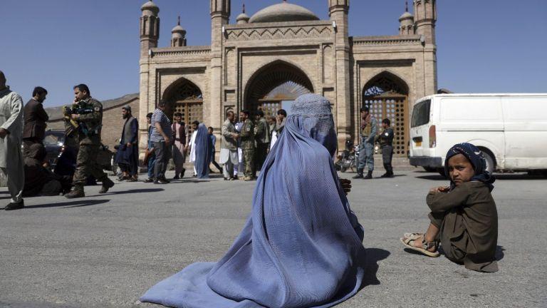 Взрив в джамия в Кабул уби 12 души, съобщиха Ройтерс