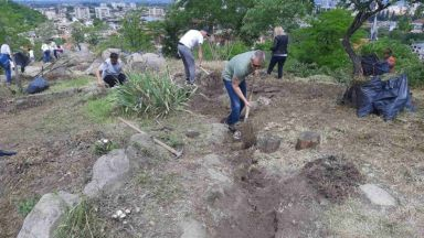 Над 100 доброволци чистиха Сахат тепе, изнесоха тонове боклуци