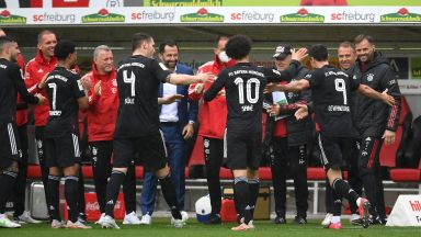 Левандовски изравни легендата Герд Мюлер и рекордните му 40 гола