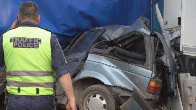 Трима души загинаха при катастрофа между лек автомобил и два