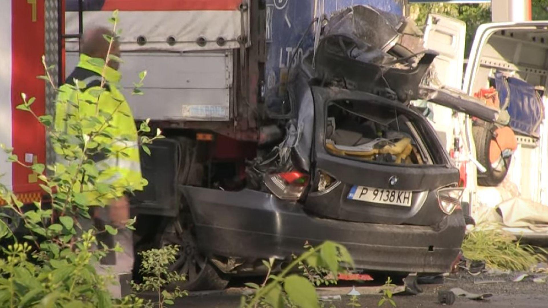 Абитуриентка и рожденик загинаха след удар в спрял ТИР в Русе (видео)