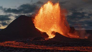 Смъртоносно, но красиво: Вулканът край Рейкявик изхвърля лава на 500 м в небето (снимки)
