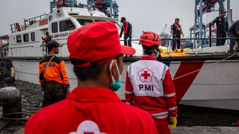 Най малко седем индонезийци са се удавили в претоварен кораб,