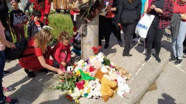 Протест в червено и грамада от играчки в памет на 3-годишния Кристиян