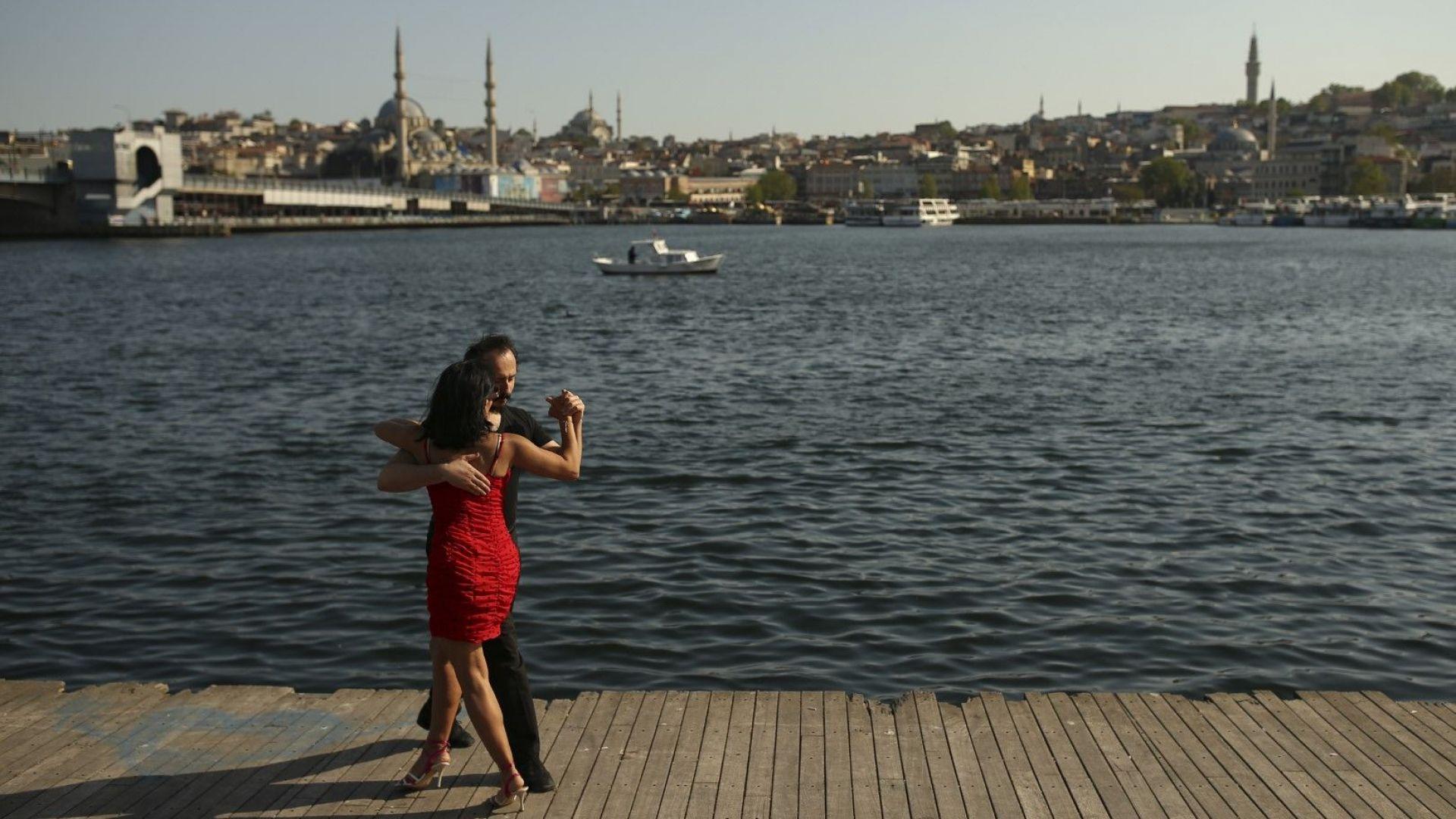 В Турция задължително с маски, дистанция и вечерен час до 1 юни